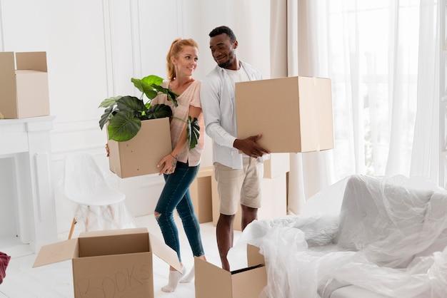 Mooi interraciaal koppel maakt zich klaar om te verhuizen