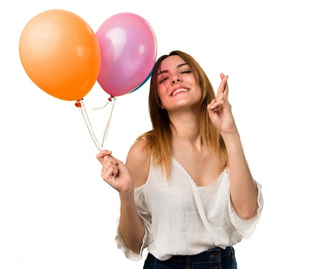 Mooi jong meisje dat een ballon houdt
