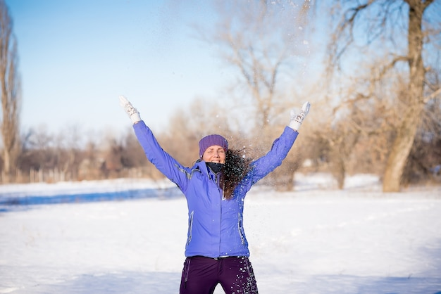 Mooi jong meisje geniet van een wandeling in het park in de winter