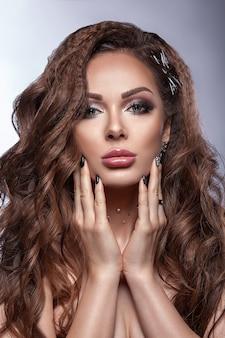 Mooi jong meisje, gezonde schone huid, professionele make-up en kapsel. schoonheid portret van een vrouw. Premium Foto