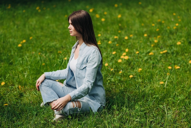 Mooi jong meisje in casual kleding mediteren in lente park