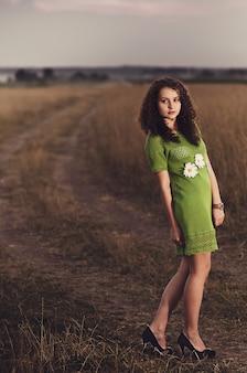 Mooi jong meisje in gebreide jurk