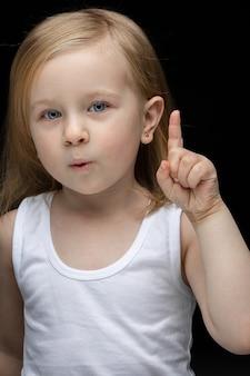 Mooi jong meisje kijkt naar voren en heeft een idee