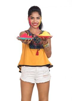 Mooi jong meisje met gepoederde kleur in plaat ter gelegenheid van holi festival.