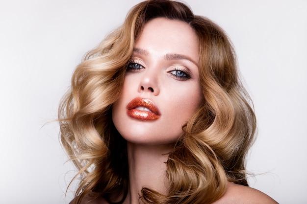 Mooi jong meisje met oranje lippen