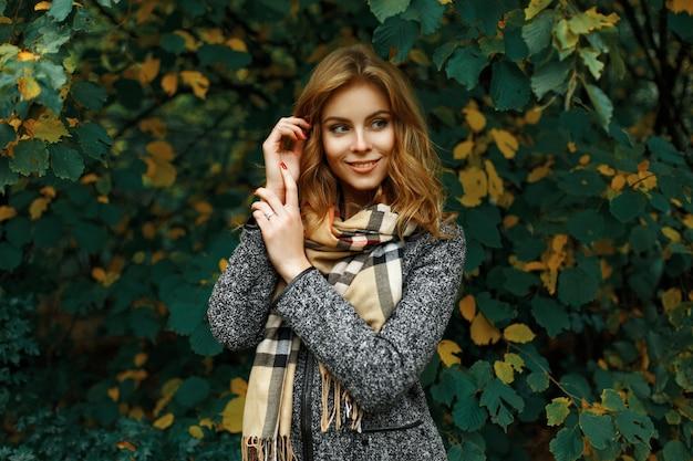 Mooi jong meisje op de herfstbladeren