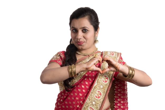 Mooi jong meisje poseren in indiase traditionele saree op wit.