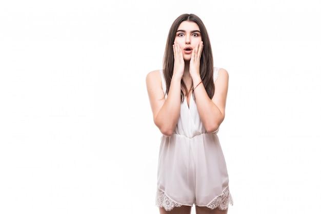 Mooi jong model in moderne witte jurk op wit beschaamd eng teken