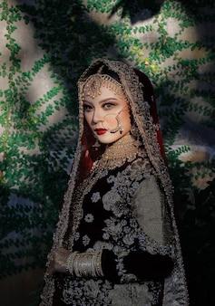 Mooi jong moslimmeisje indisch vrouwelijk model met typische luxe kleding