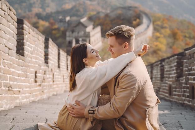 Mooi jong paar dat affectie op de grote muur van china toont