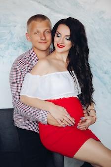 Mooi jong paar dat op baby wacht die op een babyconcept wacht.