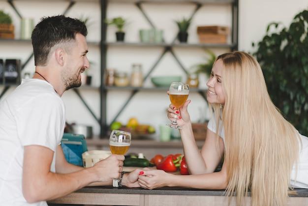 Mooi jong paar dat van dranken geniet die bierglazen houden