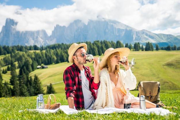 Mooi jong stel dat reist en een picknick doet in de dolomieten, italië