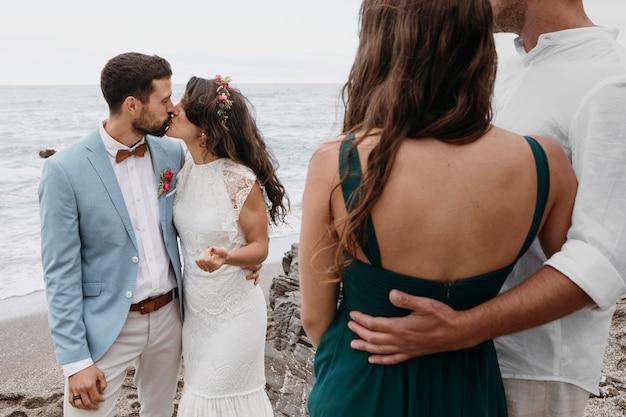 Mooi jong stel gaat trouwen op het strand