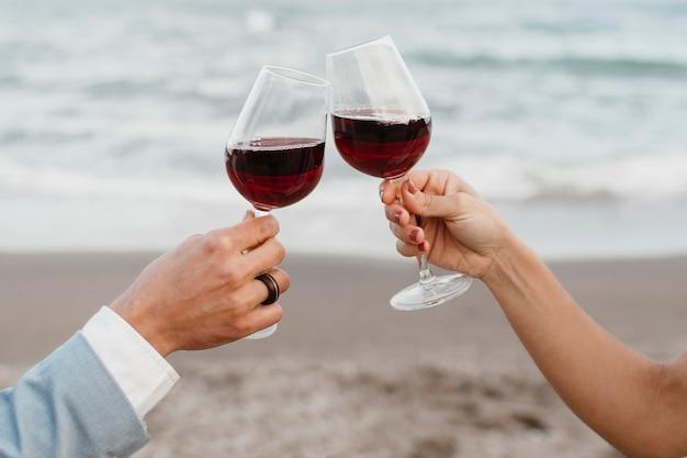 Mooi jong stel met hun bruiloft op het strand