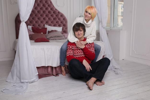 Mooi jong stel thuis. knuffelen, zoenen en genieten van samen zijn tijdens het vieren van valentijnsdag