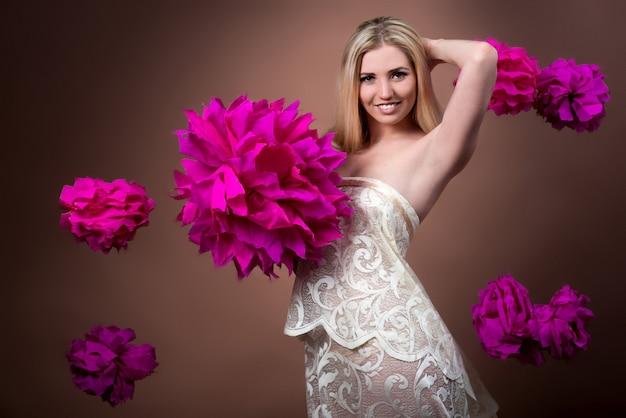 Mooi jong vrouwelijk model in een chique jurk
