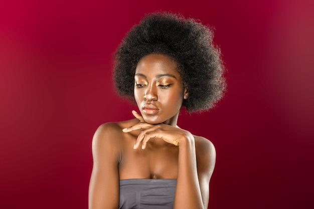 Mooi kapsel. aantrekkelijke aardige vrouw poseren voor een foto terwijl ze mooi krullend haar heeft