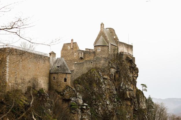 Mooi kasteel van dürnstein op een mistige dag hoog op een rotsachtige berg.