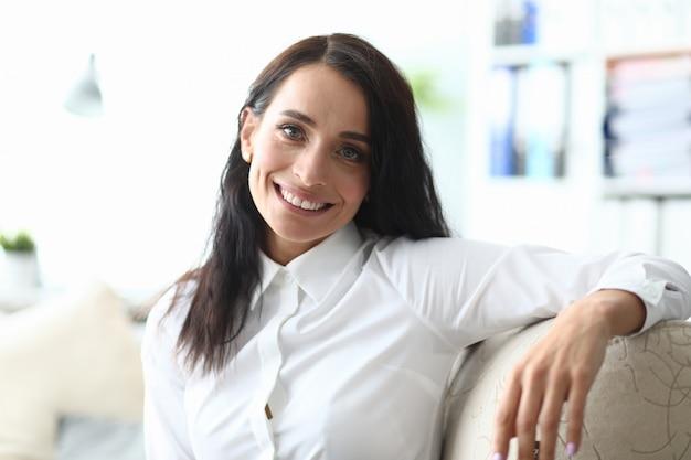 Mooi kaukasisch adul bedrijfsvrouwenportret
