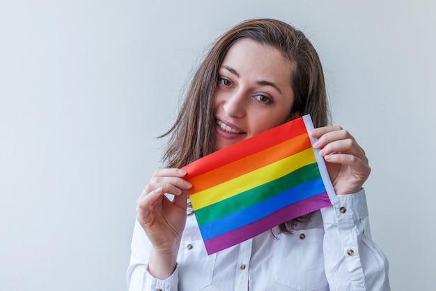 Mooi kaukasisch lesbisch meisje met lgbt-regenboogvlag geïsoleerd