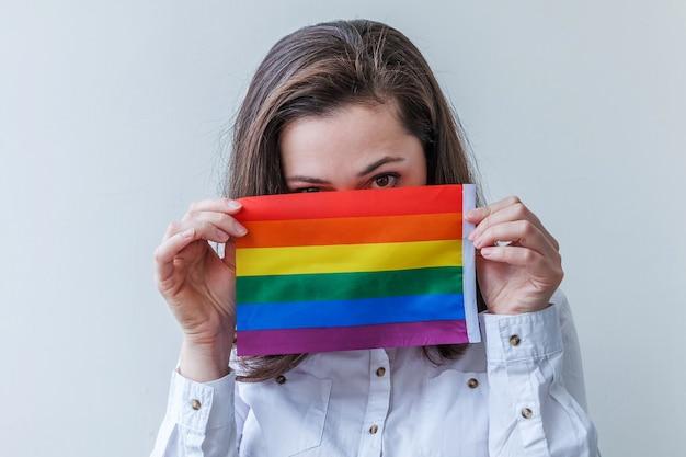 Mooi kaukasisch lesbisch meisje met lgbt-regenboogvlag