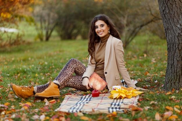 Mooi kaukasisch meisje met make-up en kapsel op de picknick van de natuur.