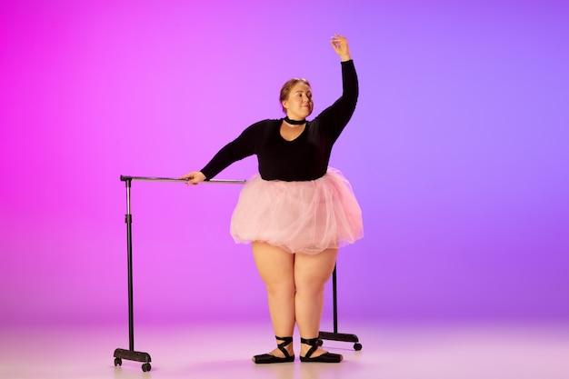 Mooi kaukasisch plus-maatmodel dat balletdans beoefent op verloop