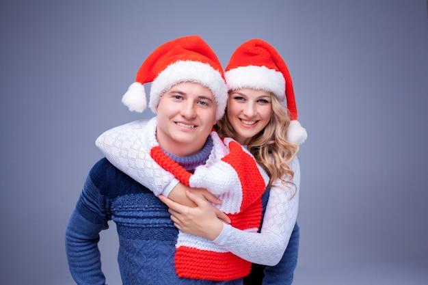 Mooi kerstpaar in kerstmanhoeden
