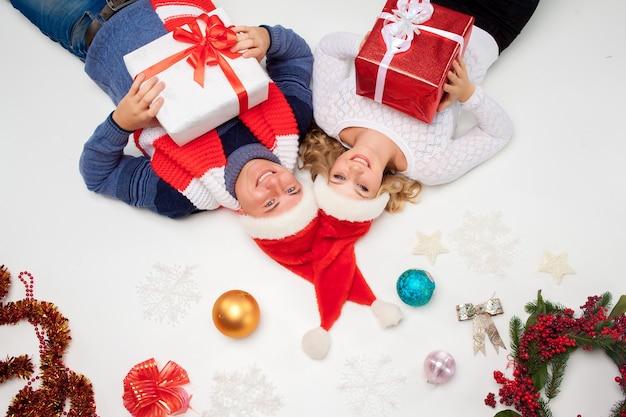 Mooi kerstpaar liggend met cadeautjes