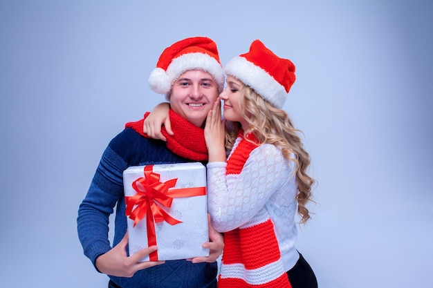 Mooi kerstpaar met cadeautjes