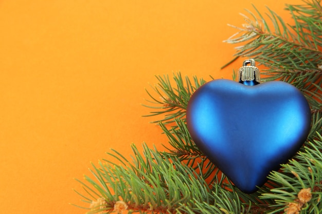 Mooi kerstspeelgoed op dennenboom op bruine achtergrond