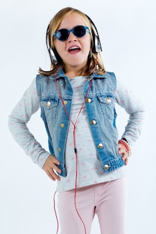Mooi kind luisteren naar muziek met digitale tablet.