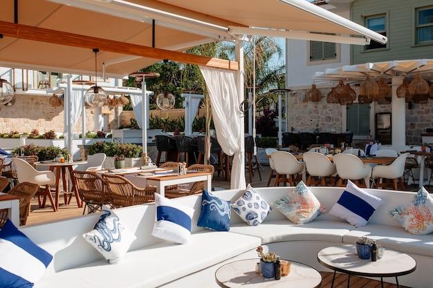 Mooi klein familiehotel met openluchtrestaurant aan de middellandse zeekust in turkije.
