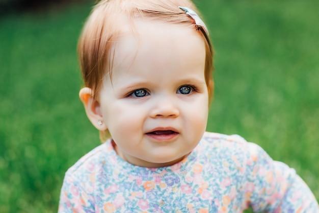 Mooi klein gezichtje. mooi meisje in een park op de natuur. leuk gezicht portret.