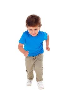 Mooi klein kind drie jaar oud die het blauwe t-shirt lopen dragen