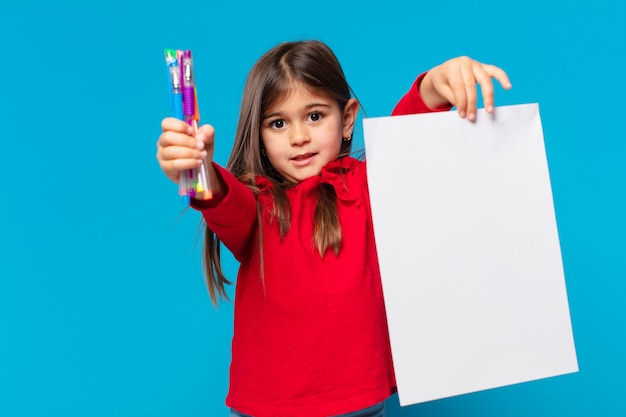 Mooi klein meisje, bange uitdrukking op een vel papier
