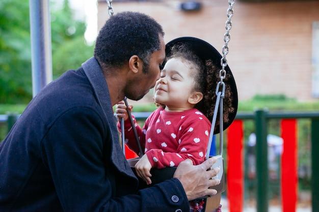 Mooi klein meisje binding met vader