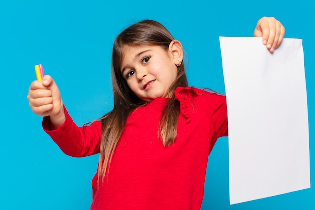 Mooi klein meisje, blije uitdrukking op een vel papier
