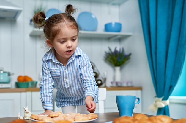 Mooi klein meisje dat iets zoets wil eten in de keuken