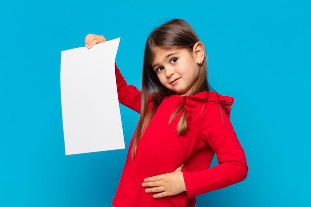Mooi klein meisje denkt expressie en een vel papier