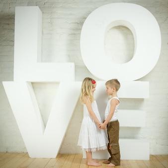 Mooi klein meisje en jongen - liefde