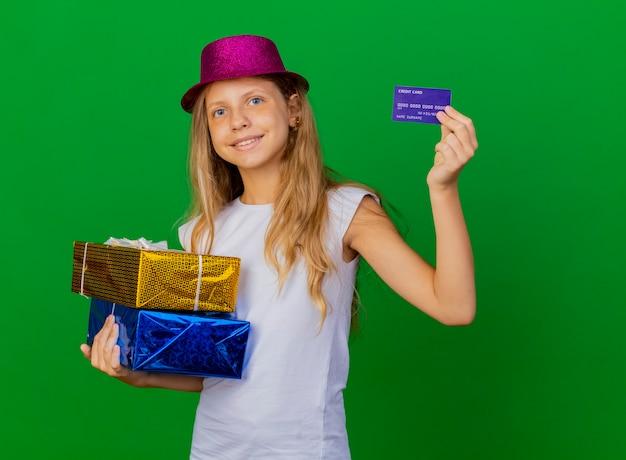 Mooi klein meisje in de dozen van de de holdingsgift van de vakantiehoed