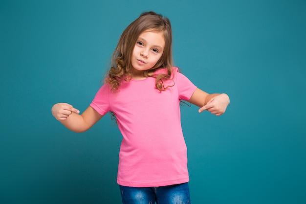 Mooi, klein meisje in t-shirt met bruin haar