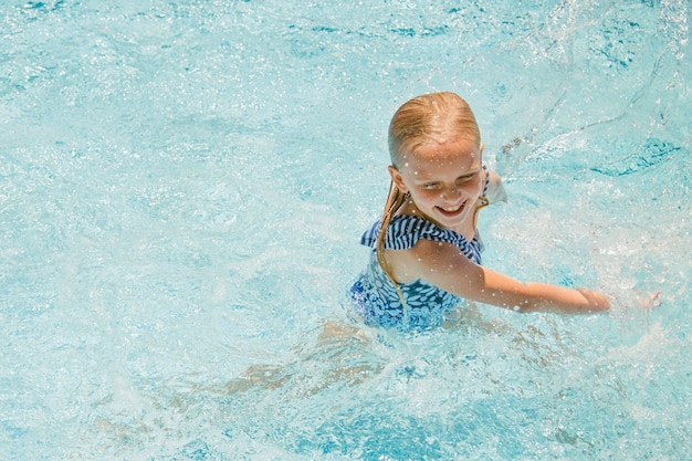 Mooi klein meisje in zwembad, zomervakanties.