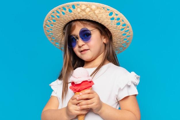 Mooi klein meisje met een ijsje