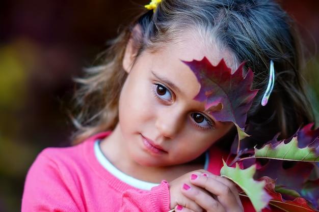 Mooi klein meisje met grote ogen op zoek serieus