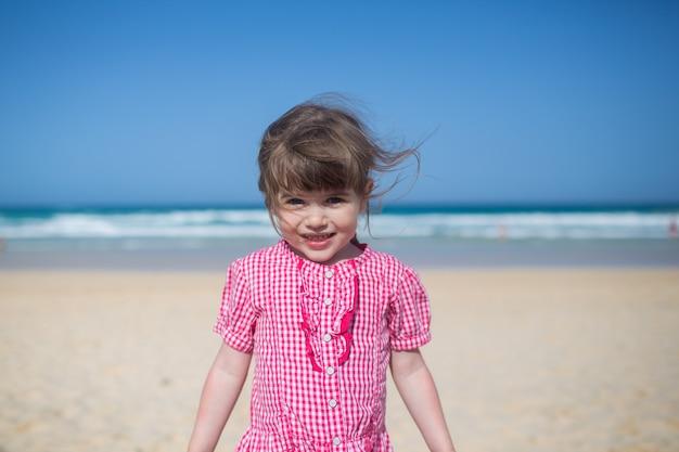 Mooi klein meisje op het strand fuerteventura eiland, corralejo, portret klein schattig meisje