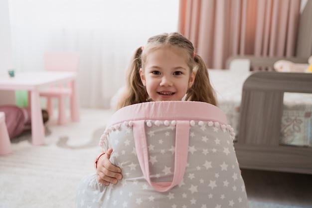 Mooi klein meisje spelen in hun kamer