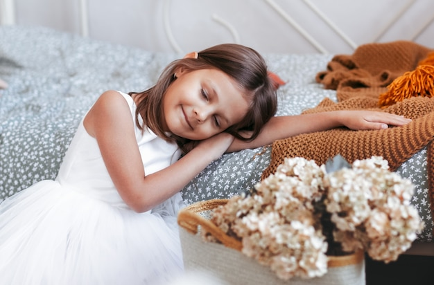 Mooi klein meisje viel in slaap. baby glimlacht in een droom